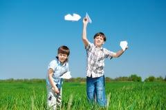 Hermanos en el campo verde Foto de archivo libre de regalías