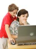 Hermanos en el ordenador Foto de archivo