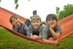 Hermanos en hamaca foto de archivo libre de regalías
