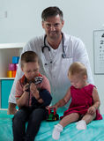 Hermanos en la oficina del pediatra Fotografía de archivo libre de regalías