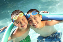 Hermanos en la piscina Fotografía de archivo