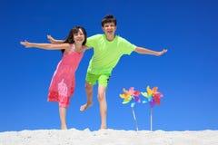 Hermanos en la playa Imágenes de archivo libres de regalías