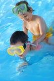 Hermanos en piscina Fotos de archivo libres de regalías