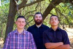 Hermanos en un parque fotografía de archivo libre de regalías