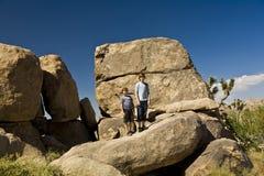 Hermanos en una roca en el árbol del yoshua Fotografía de archivo libre de regalías