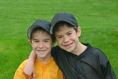 Hermanos en uniformes del béisbol Fotografía de archivo
