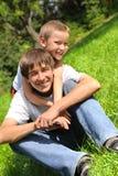Hermanos felices imagenes de archivo