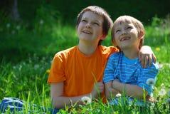 Hermanos felices fotografía de archivo