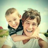Hermanos felices al aire libre Imagen de archivo libre de regalías