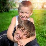 Hermanos felices al aire libre Fotografía de archivo