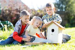 Hermanos felices de los muchachos de los niños que se ocupan vanamente junto al aire libre imagen de archivo libre de regalías