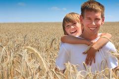 Hermanos felices en campo de maíz Imagen de archivo