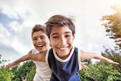 Hermanos felices que juegan al aire libre Fotos de archivo libres de regalías