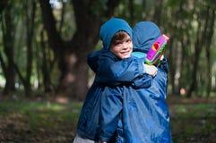 Hermanos gemelos abrazados Fotos de archivo