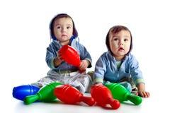 Hermanos gemelos con los bolos Fotos de archivo libres de regalías
