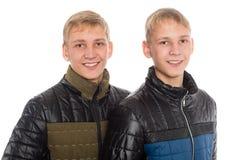 Hermanos gemelos en chaqueta del otoño Foto de archivo libre de regalías