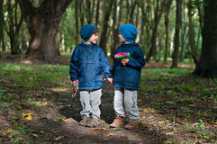 Hermanos gemelos idénticos con los armas del juguete fotos de archivo libres de regalías