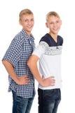 Hermanos gemelos que se colocan en blanco Imágenes de archivo libres de regalías