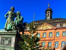 Hermanos Grimm que mira abajo el mercado de la Navidad en Hanau, Alemania Fotos de archivo libres de regalías