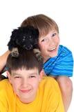 Hermanos jovenes con el perro Imagenes de archivo
