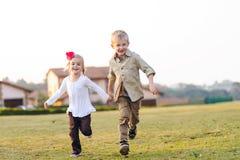Hermanos juguetones de la niñez fotografía de archivo libre de regalías