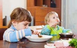 Hermanos junto que comen junto Fotos de archivo libres de regalías