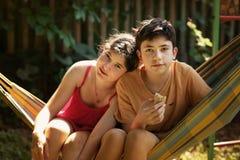 Hermanos muchacho del adolescente y foto al aire libre del verano ascendente cercano del hermano y de la hermana de la muchacha Fotos de archivo libres de regalías