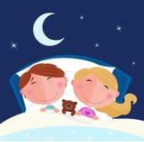 Hermanos - muchacho y muchacha que duermen en cama Imagenes de archivo