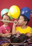 Hermanos que celebran cumpleaños Imágenes de archivo libres de regalías