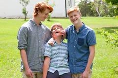Hermanos que escogen en uno a imagen de archivo