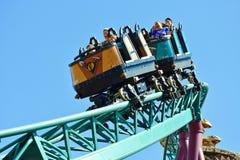 Hermanos que gozan del roller coaster de la cobra fabulosa en el parque temático de los jardines de Bush imagenes de archivo
