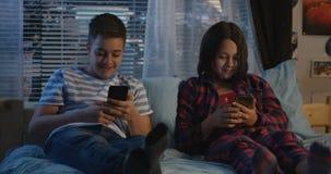 Hermanos que hablan en la noche almacen de video