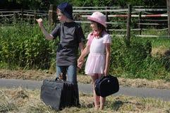 Hermanos que hacen autostop Imagen de archivo libre de regalías