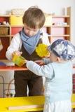 Hermanos que juegan compras Imagen de archivo libre de regalías