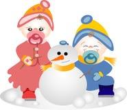 Hermanos que juegan en la nieve Foto de archivo libre de regalías