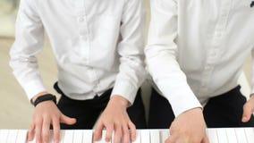 Hermanos que juegan en tándem un piano Partiture almacen de metraje de vídeo