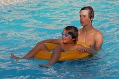 Hermanos que juegan a juegos de la piscina imágenes de archivo libres de regalías