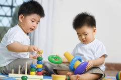 Hermanos que juegan junto Imagen de archivo libre de regalías
