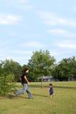 Hermanos que juegan la persecución en el parque Fotografía de archivo libre de regalías