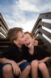 Hermanos que ríen en pasos Fotografía de archivo libre de regalías