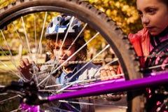 Hermanos que reparan la bici de montaña Fotografía de archivo