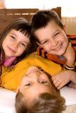 Hermanos y el jugar de la hermana Imagen de archivo