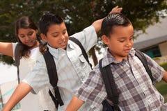 Hermanos y hermana que se divierten el ir a la escuela Fotografía de archivo