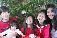 Hermanos y hermanas en la Navidad imagen de archivo