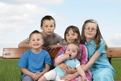 Hermanos y hermanas felices al aire libre Fotos de archivo libres de regalías