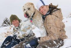 Hermanos y su perro Foto de archivo libre de regalías