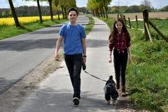 Hermanos y su perro Imágenes de archivo libres de regalías