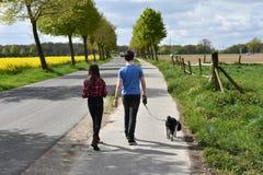 Hermanos y su perro Fotografía de archivo libre de regalías