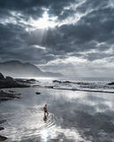 Hermanus, Νότια Αφρική - άτομο στην παλιρροιακή λίμνη που απεικονίζει τον ουρανό στο σούρουπο Στοκ φωτογραφίες με δικαίωμα ελεύθερης χρήσης