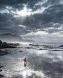 Hermanus, Южная Африка - человек в приливном бассейне отражая небо на сумраке Стоковые Фотографии RF